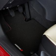 Mazda2 - Vloermatset luxe logo wit-rood - vanaf 2015
